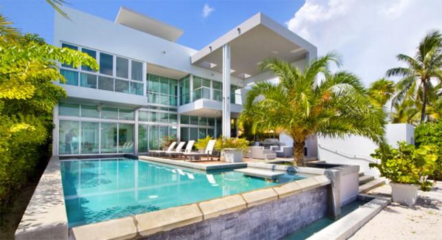Luxury 4-bedroom waterfront villa Miami 01